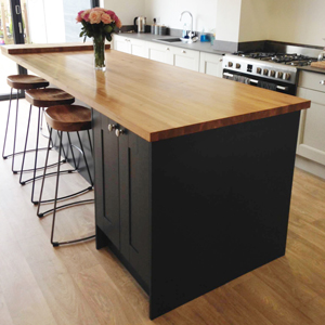 Oak can be used with dark or light cabinets to achieve a contemporary feel.