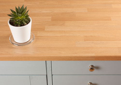 This oak block laminate worktop has the look of natural wood grain and the low-maintenance of laminate worktops.