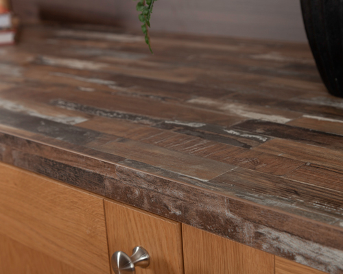 Featuring a worn timber effect, this Sealand Pine laminate worktop is perfectly suited to coastal themes.