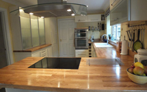 Oak worktops help keep this kitchen feeling light and bright.