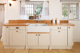 Full stave oak worktops are paired with full stave oak upstands to mesmerising effect in this beautiful country kitchen.