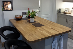 Traditional oak worktop with breakfast bar and radius corners.
